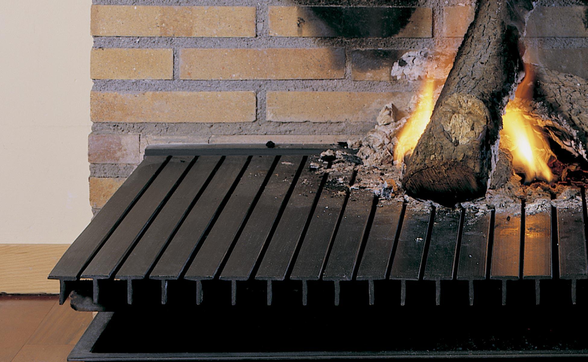 Chimenea Polo G. Detalle de la leña quemando