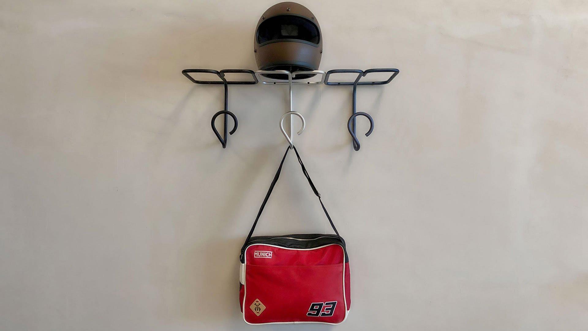 Perchero GERMAINE con bolsa y casco