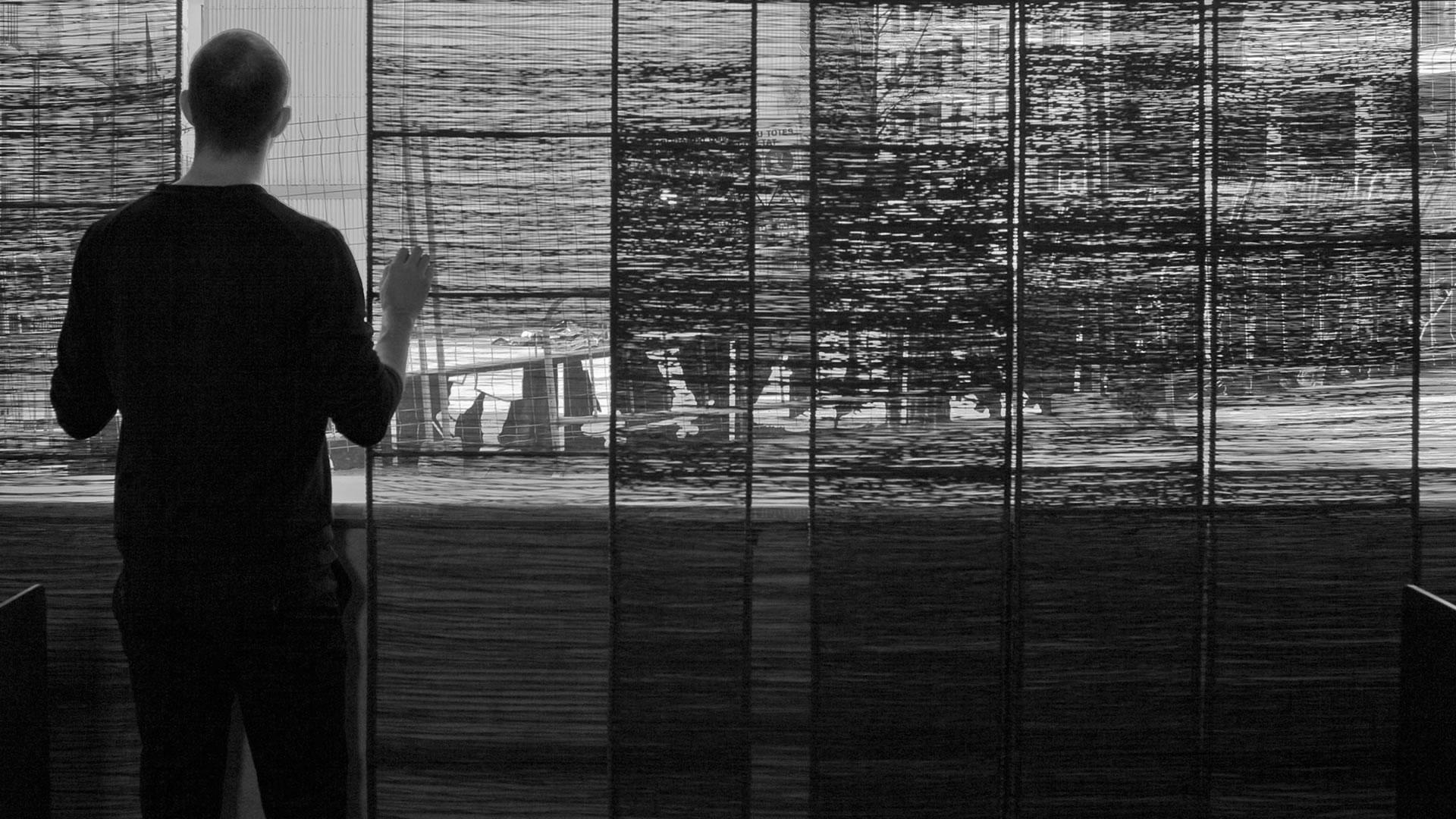 Separador FILTRO con hombre mirando a traves